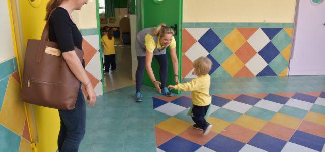 """Loke er glad i barnehagen sin, og løper glad mot """"Tante"""" og morgenklemmen."""