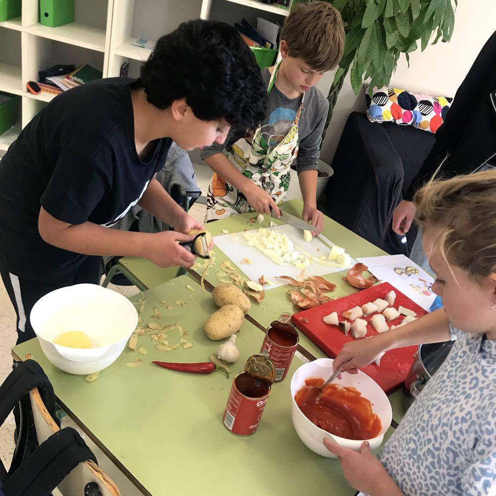 Tradisjonsrike matretter fra Europas hjørner - Sjettetrinn delte sine mat- og helsetimer med femtetrinn så alle kunne ta del i matlagingen.