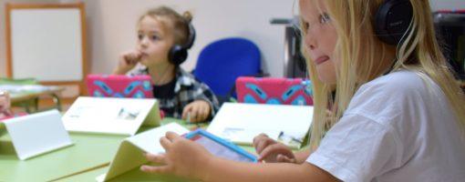 Elever i sving med læringsverktøyet Skoleskrift. Eleven kjenner igjen lyden av bokstavene mens de skriver og hører at de staver rett.